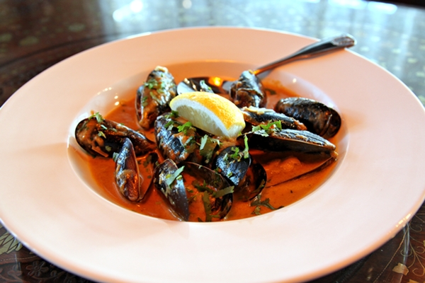 far-eats-mussels-600-6466