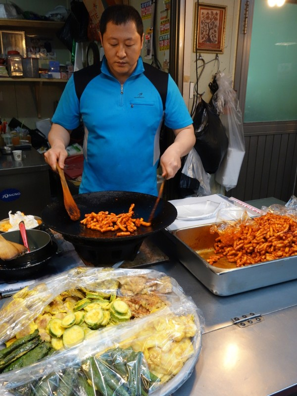Tongin Market tteokbokki making