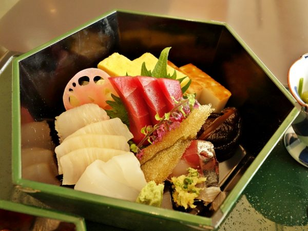 Sashimi bowl of the Special Chirashi Sushi at omborato